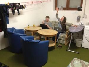Her ses Silas, Lea og vores nye stue.
